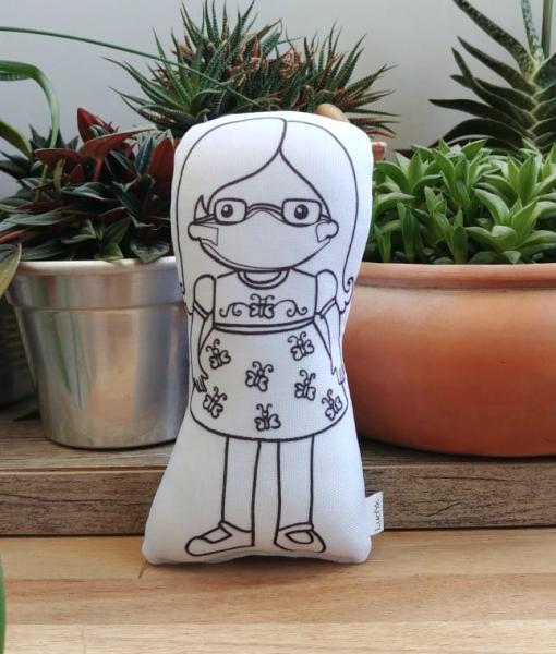menina Sindy de óculos